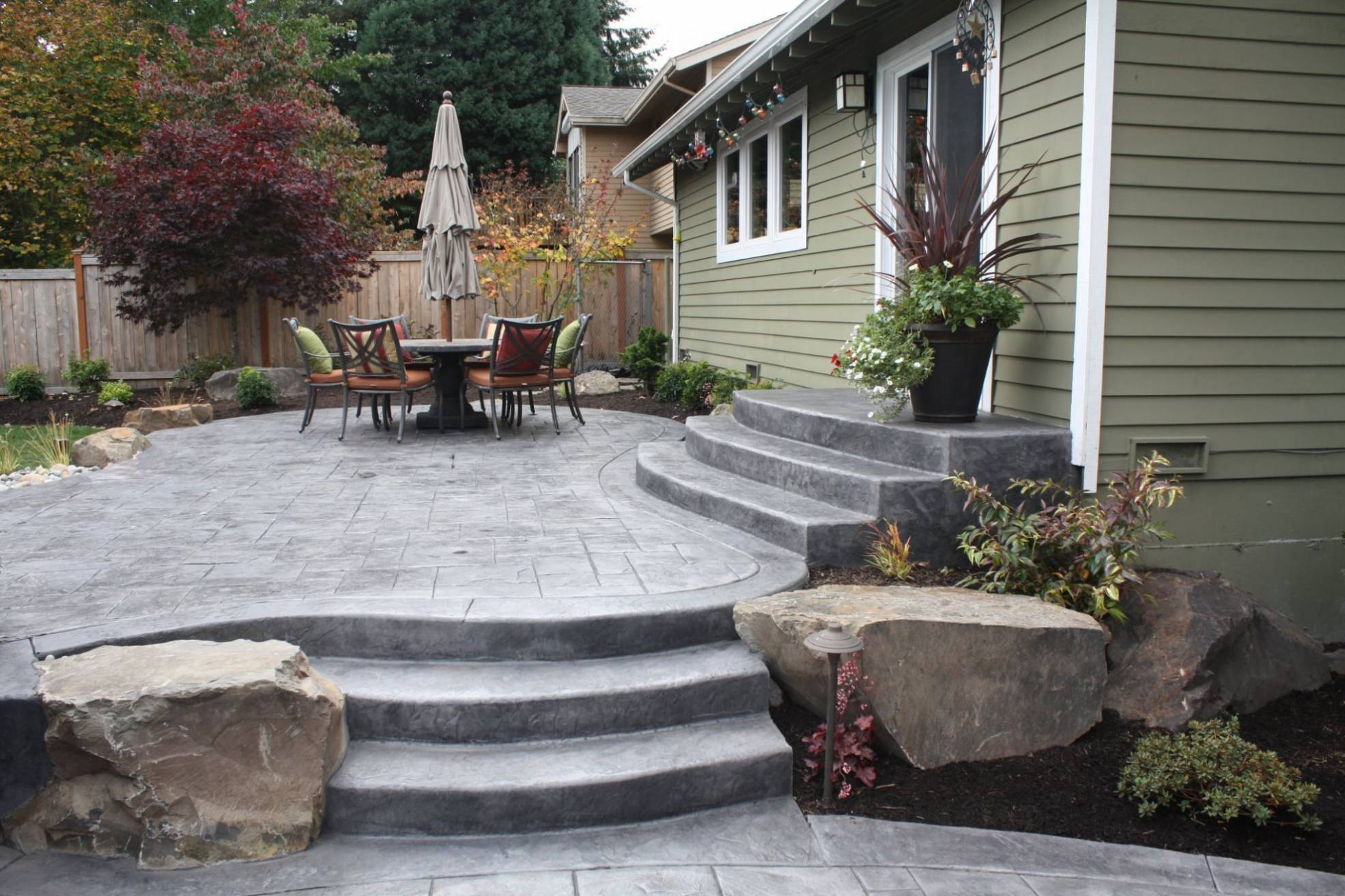Five concrete design ideas for a small backyard patio the for Patio landscaping