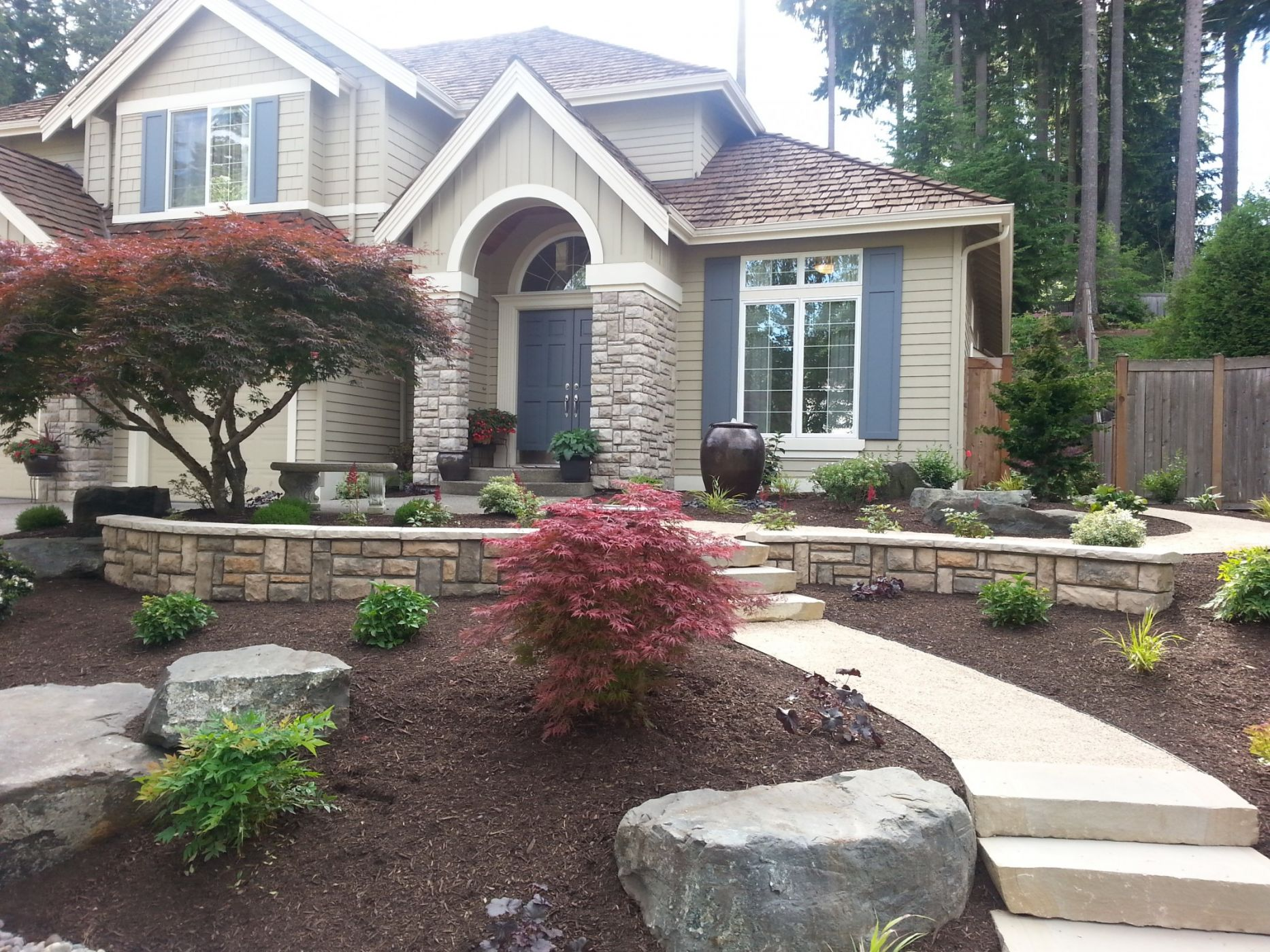 Janika landscaping ideas front yard illinois here for Small front of house landscaping